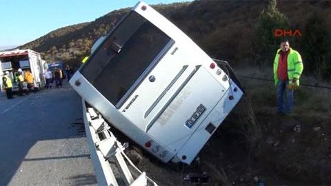 Liselileri taşıyan otobüs devrildi: 43 yaralı