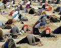 Kafalarını kuma gömerek eylem yaptılar.