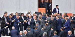 Meclis'te yine kavga çıktı… tekme ve yumruklar havada uçuştu
