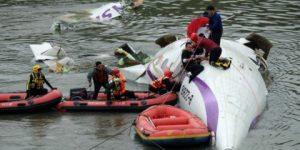 Uçak nehre düştü: 12 ölü