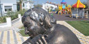 Ölüm gününde Berkin Elvan'ın heykeline saldırdılar