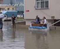 Ev ve iş yerlerini su bastı.