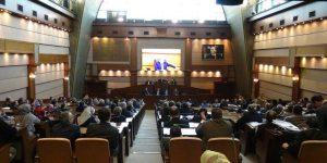 İBB Meclisi'nde 'önüne yatma' kavgası