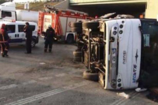 Sancaktepe'de servis minibüsü devrildi