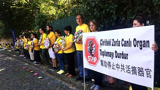 Çin Konsolosluğu önünde yogalı protesto