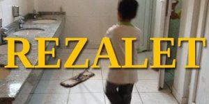 Öğrenciler okul tuvaletini temizliyor!