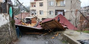 Sarıyer'de çatı uçtu, bir aile mahsur kaldı
