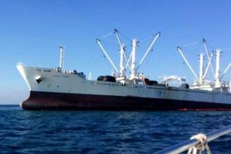 Kayalıklara vuran geminin yakıtı denize sızdı