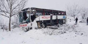 Yolcu otobüsü uçuruma yuvarlandı: 5 ölü