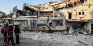 Beyoğlu'nda 3 katlı bina çöktü!