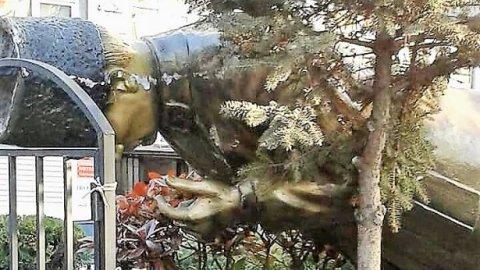 İstanbul'da Atatürk heykelini yıktılar!