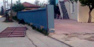 Üzerine demir kapı devrilen çocuk hayatını kaybetti!