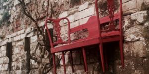 İstanbul'un tarihi surlarına sandalye çakıldı