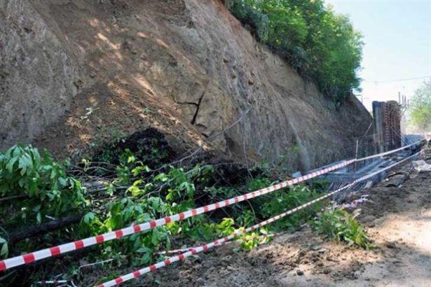 İstinat duvarı yapımında toprak kaydı.