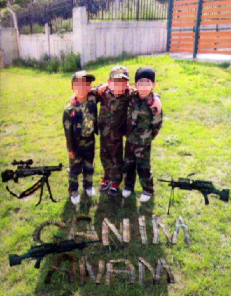 Çocuklar temsili olarak askere gönderilirken, mermilerle 'canım anam' yazılı görseller oluşturuldu.