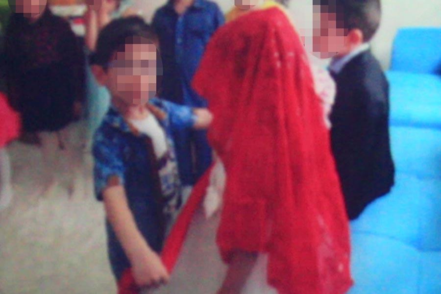 Çocuklara gelinlik ve damatlık giydirildi. Çocuk geline erkek kardeşi kırmızı kuşak taktı. Bu görselin altında ise 'abilerin kaderi kırmızı kuşak' yazıldı.