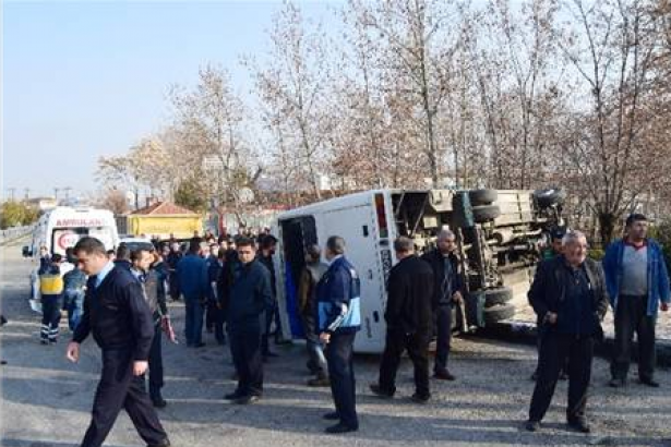 Tekirdağ'da fabrika işçilerini taşıyan minibüs devrildi