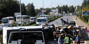 Minibüsle kamyon çarpıştı: 15 yaralı