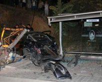 Maltepe'de otomobil otobüs durağına daldı