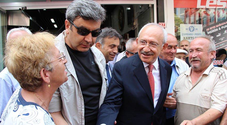 DÜZCE'DE İŞADAMLARI VE ESNAFLA BULUŞTU, VATANDAŞI DİNLEDİ Kılıçdaroğlu Düzce'de dün işadamları ve esnafla toplantı yaptı, ardından iki ay önce kalp spazmı geçiren CHP Kaynaşlı İlçe Başkanı Mehmet Çakal'ı ziyaret etti. Kılıçdaroğlu çıkışta 80 yaşındaki Dursun Kulaç'la sohbet etti. Kulaç, CHP lideri için yazdığı 'Gelip geçerken uğra, duramayız Kemalsiz' dizelerinin yer aldığı maniyi söyledi.