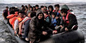 İnsan kaçakçıları 120 mülteciyi denize attı!