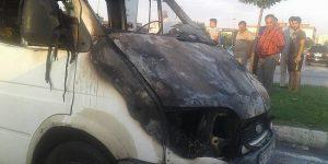 Minibüs seyir halindeyken alev alev yandı