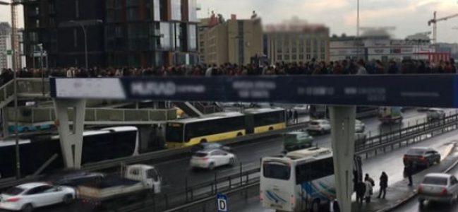 Yenibosna'da metrobüs kuyruğuna giriş kuyruğu!