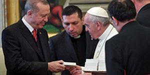 Papa'dan Erdoğan'a manidar hediye