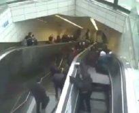 Metrodaki yürüyen merdivenin çökme anı kamerada
