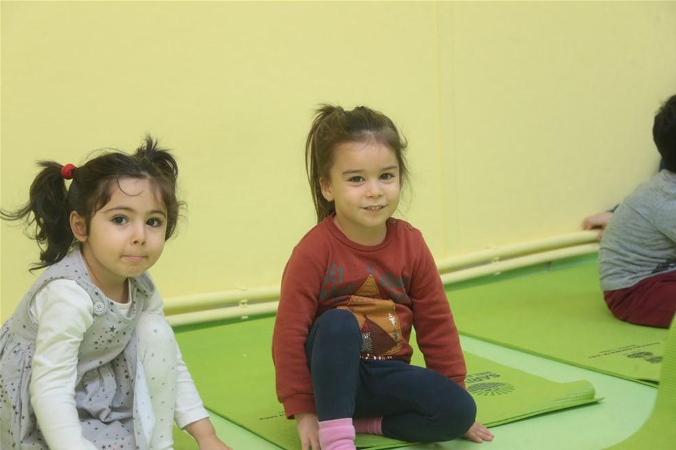 Sarıyerli çocuklar yoga ile nefes alıyor .