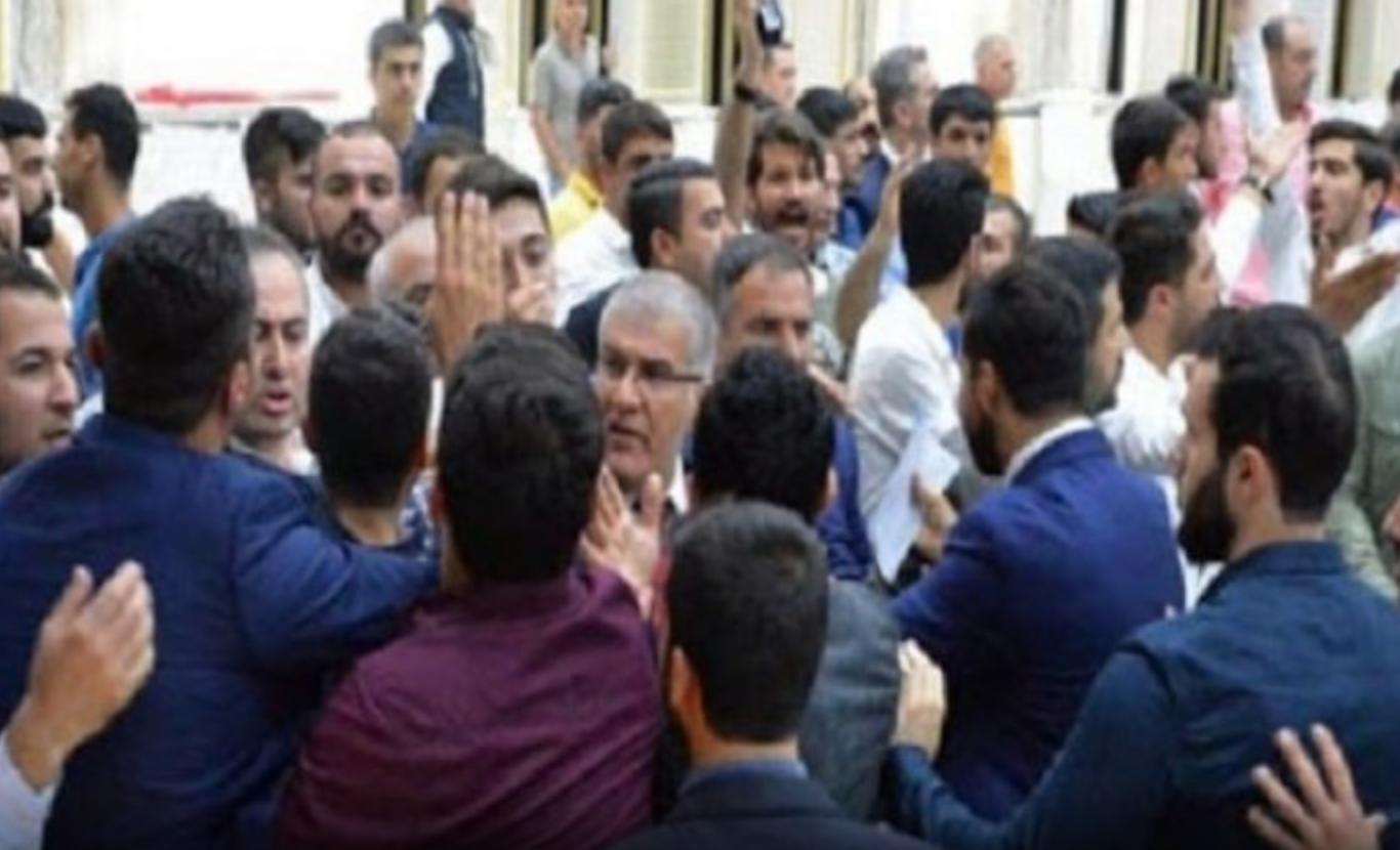 Aday tanıtım toplantısı öncesinde AKP'liler birbirine girdi