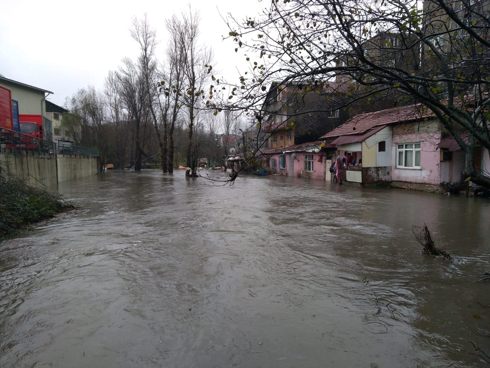 Ayazağa'da dere taştı, evleri su bastı.