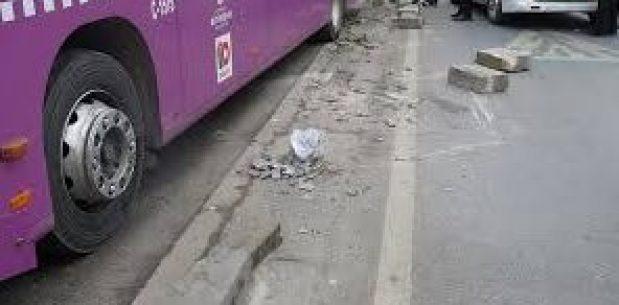 Halk otobüsü kaldırıma çıktı. Yaralılar var.