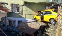 Derbent'te freni boşalan taksi eve girdi