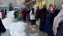 Yardım derneğinin önünde kar altında yiyecek kuyruğu!