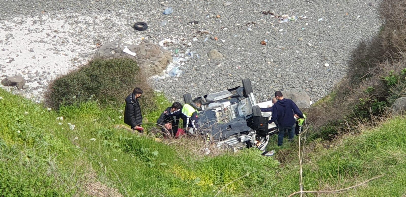 Garipçe'de genç sürücü şarampole yuvarlandı.