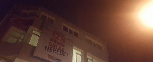 CHP Sarıyer'in astığı pankarta el konuldu!